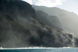 Just one look at those misty cliffs and you know you are in wonderland 😍✨📷 . . . #LetHawaiiHappen #KauaiDiscovery #TravelPono #HoloHoloPono #SayYesToAdventure #GoHoloHolo