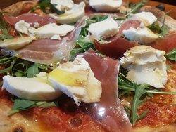 Trattoria Sespiga. Presenta pizza integral y pizza de carbón activo vegetal. Todo nuestro platos a 6€