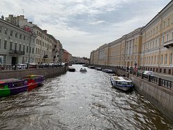 Canal dividing Hermitage (to the right) and buildings including Pushka (on the left). A very easy stroll from Pushka to the Hermitage!