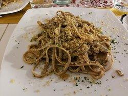 Ottimo piatto della nostra Cucina tipica di Calabria dai sapori semplici e genuini: alici, olio di oliva e mollica con aggiunta a piacere di peperoncino piccante
