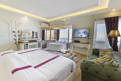 Queen Suite with Hot Tub and Sea View