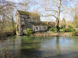 Le Loiret et l'un de ses moulins (aire de jeux et parking à proximité)