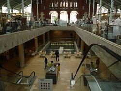 Escalier du marché, donnant sur la partie restauration, restaurants, cafés bars en tout genre.