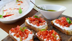 Riganada is a traditional Kefalonian treat. It's made from traditional bread, feta cheese, tomato and oregano 🍅🧀