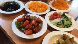 サラダ&惣菜バー食べ放題定食 と 豚ロースすき焼定食、バースデーアイスケーキ (2019/06/05)