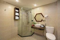 Fam Suite city view  bathroom