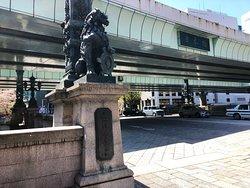 橋の袂の銅像
