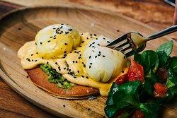 Deliciosos Huevos Benedict con salsa Holandesa