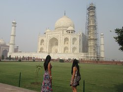 Travel Astu guests Marcela Rozo Espinosa and her sister during their Taj Mahal visit.