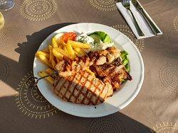 Apola-Teller > Souvlaki, Schweinesteak und Lammkotelett, dazu Pommes, Reis und Tzatziki für 16,50 €