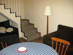 Aufgang ins zweite Geschoss mit Schlafzimmern, Bad und Balkon.