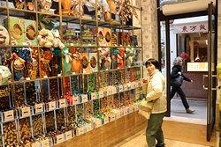 壁いっぱいに量り売りのチョコが並んでいます