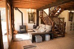 nuestra sala de estar con chimenea y television con vistas a la granja y a los animales
