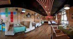 Понорамный вид основного зала ресторана Сорренто