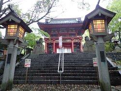 入口の素敵な燈籠と楼門