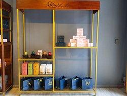 We have Specialty Coffee, Hand-made Tea, Vietnamese Traditional Snack, Signature Extract, Hand-made Dry Fruit, Hand-made Soap, Natural Oil, Fresh Tropical Fruit. 부부샵에 스페셜티 커피, 수제 차, 베트남전통과자, 특별한엑기스, 반건조 과일, 수제 비누, 생열대과일, 천연오일이 있습니다.