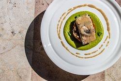 Piccatina di Orata dalla Sardegna con caponata, crema di piselli e olio all'arringa e limone.