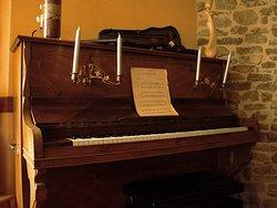 Un piano de 100 ans qui attend tous les amateurs de musique.