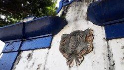 Detalhes do florão de pedra, onde já não mais se define o escudo com as armas de Portugal