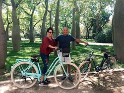 🌿Fresh ride in Jardín del Turia 🦜 You can hardly find better place to enjoy our bikes. 🚲 110 hectares of green space, tropical plants🌵, monumental architecture, and bike routes! Our wonderful customers from USA have explored it all and they had a blast! ✔️ . Be like them! Our comfortable seats are waiting for your tired butt! 🙈