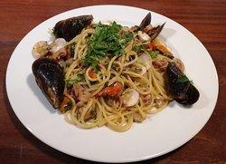 Spaghetti allo scoglio: Cozze, vongole, polipetti, calamari, fumetto di pesce.  Spaghetti con mariscos: mejillones, almejas, pulpo, calamar, caldo de pescado.  Spaghetti with seafood: mussels, clams, Octopus, squid, fish stock.