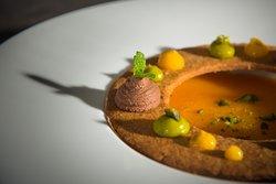 Zuppetta di cachi, biscotto al farro, pistacchio e passion fruit