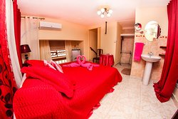 Ático enjoys private bathroom, minibar, air con, hot water 24 hours, lock on the door, hair dryer, safety deposit box and free WiFi within the house. Daily cleaning is offer for free. Spanish and English spoken and delicious breakfast!