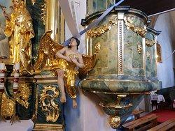 fragment ołtarza bocznego i ambona, malowanie imituje marmur