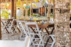 Las mesas están ubicadas sobre la arena blanca del Caribe para que puedas permanecer en contacto con el hermoso espacio que la naturaleza nos brinda.