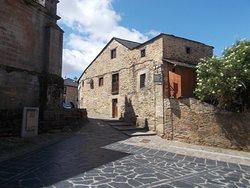subida a la Plaza Mayor al lado de la Iglesia de San Cayetano