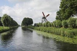 Bordeando un canal construido por orden de Napoleon llegaran despues de pedalear unos 7 km hasta el molino de Damme