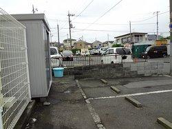 店舗横と店舗後ろにも駐車場があります。