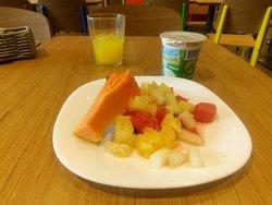 sarapan buah yang diiris kecil-kecil