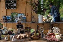Les Chambres du Vivier à Durbuy, Ardenne.  Plus envie de bouger ? Réservez votre assiette de terroir composée de fromages de la région et de charcuteries de la ferme.
