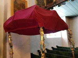 zabytkowy baldachim z XVIII w. wciąż służy wiernym