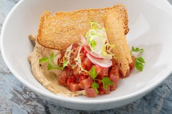 Тартар из тунца с муссом из ржаного хлеба