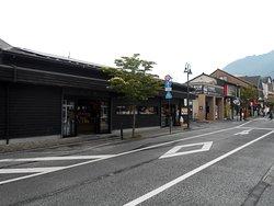 日乃新の全景(JR駅は写真手前)