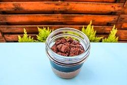 Mousse al cioccolato fondente con coulis di frutti rossi e brownies.