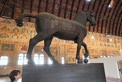 Внушительная статуя не смотрится огромной в таком большом зале