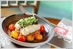 Bacalhau, batata ao murro, cebola caramelizada, tomate e terra