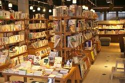 所狭しと並ぶ本は、店主やスタッフがみなさんにお勧めしたい本ばかり。
