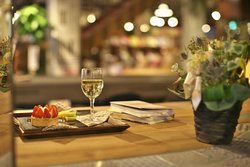 夜は良い雰囲気のなかで本とワインを楽しめます。ワインは商店街の玉木酒店のセレクト。