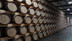 Plus de 5000 barriques réunies pour le vieillissement de nos vins.