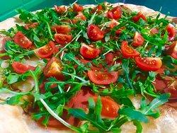 Pizza estiva con mozzarella vegetale, veg- crudo, pomodori ciliegini e rucola