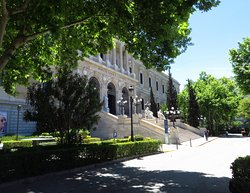 L'entrata della biblioteca su paseo de Recoletos