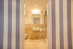 Die modernen Bäder im den Premium-Doppelzimmern sind ausgestattet mit Dusche, einige auch mit Badewanne und Dusche.
