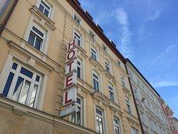 Das Hotel liegt zentral mitten im Herzen des Kunst- und Universitätsquartiers Maxvorstadt. Das Kunstareal mit den wichtigsten Pinakotheken und Museen, der Englische Garten und die Innenstadt sind in wenigen Gehminuten zu erreichen. In der Türkenstraße befinden sich zahlreiche Cafés, Boutiquen und Restaurants.
