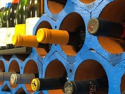 Lo que más nos sorprendió fue la carta de vinos que tienen, más de 200 variedades. Se sirven la mayoría en copa con la tapa.