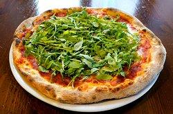 La nostra Pizza è una vera pizza tradizionale, cotta con forno a legna, preparata con talento e passione dai nostri maestri pizzaioli.  Utilizziamo solo ingredienti freschi (mozzarella, pomodoro di alta qualità, farina selezionata) e rispettiamo i tempi di lievitazione.  L'impasto  viene realizzato con farine selezionate di altissima qualità, ha un'ottima idratazione, leggero, a lievitazione perfetta.