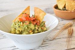 Mexican Guacamole: receta original de Zihuatanejo servido con totopos de maíz (nachos).